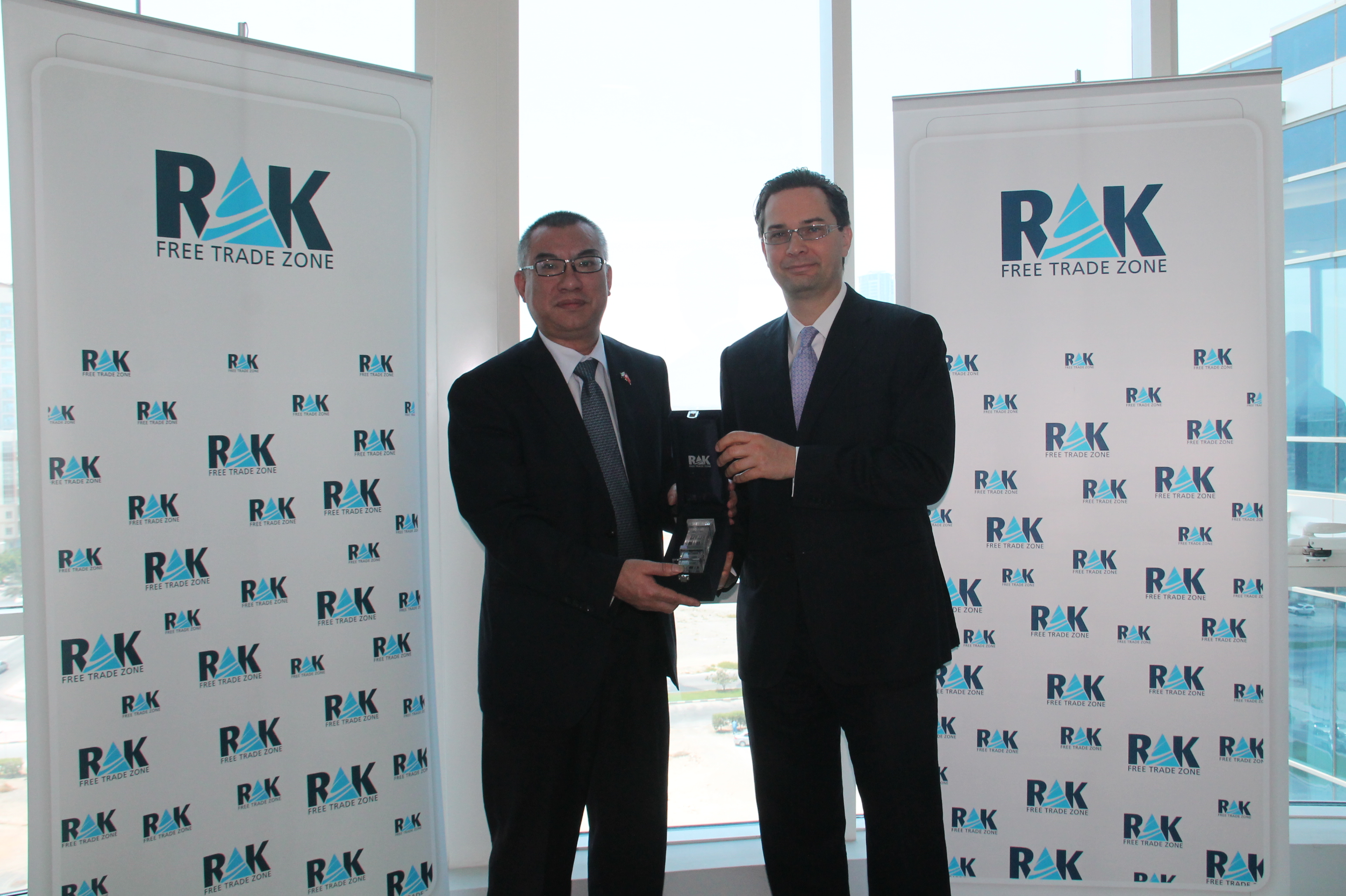 imgPeter Fort (R), CEO, RAK FTZ, presents a memento to Ye Maowei