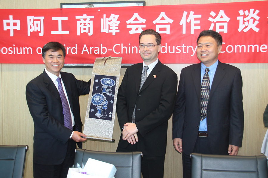 imgPeter Fort, RAK FTZ CEO (middle), with members of the China-Arab Exchange Association